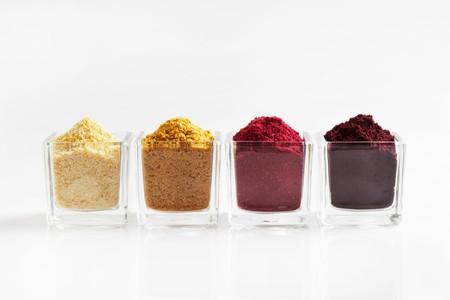 Vier Arten von Fruchtpulver in Gläsern LANG_EVOIMAGES