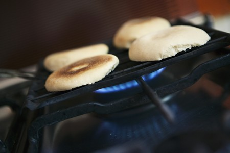broiling: Halved bread rolls on a grill LANG_EVOIMAGES