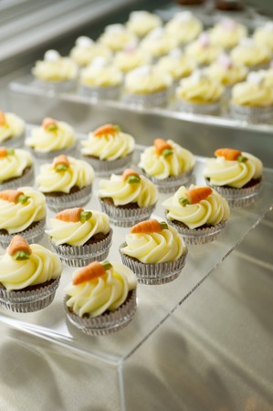 carrot cakes: Mini carrot cakes topped butter cream