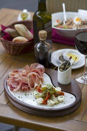 jamones: Una selección de antipasti con vino tinto (Italia)