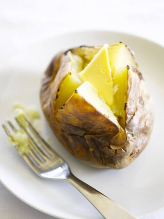 jacket potato: A jacket potato with butter LANG_EVOIMAGES