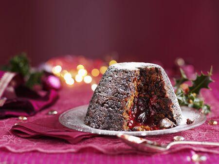 plum pudding: Christmas pudding, con una fetta rimosso