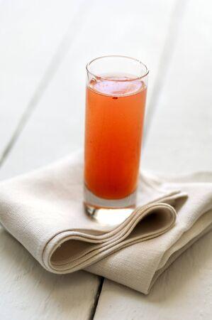 jugo de frutas: Un vaso de jugo de frutas en una servilleta de tela LANG_EVOIMAGES