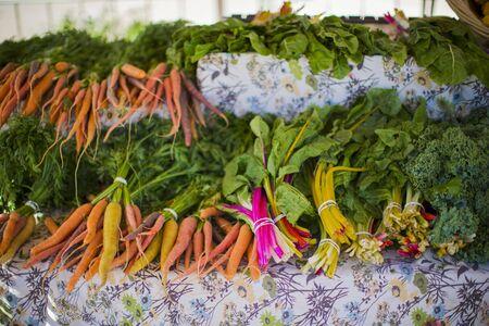root vegetables: Ortaggi a radice, ortaggi a foglia e cavoli su una bancarella del mercato