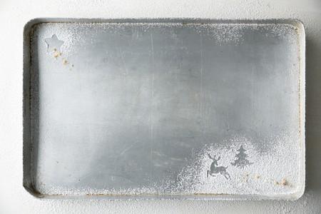sucre glace: Une plaque de cuisson avec des formes de No�l saupoudr� de sucre glace