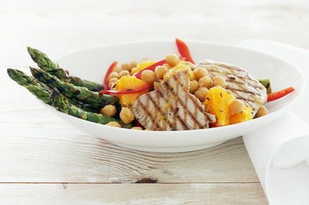 tunafish: Vegetable salad with asparagus, chickpeas and tuna