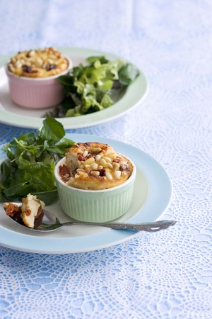 water cress: Mini cheese quiches with pine nuts and water cress LANG_EVOIMAGES
