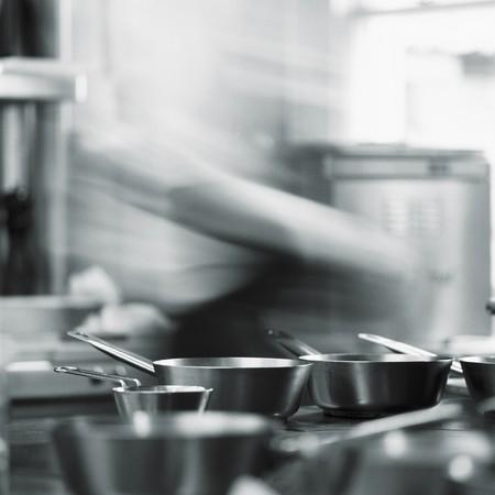 keuken restaurant: Een chef-kok in een restaurant keuken