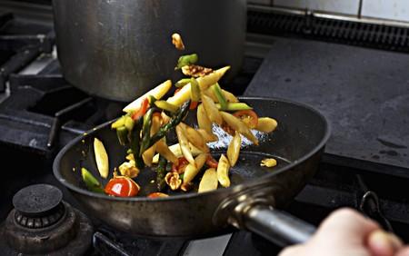 sautee: Verdure di essere saltati in padella su un fornello LANG_EVOIMAGES