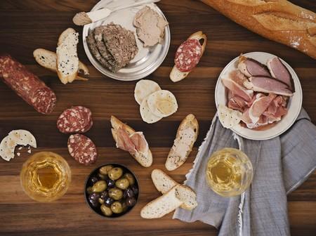 charcuter�a: Una junta charcuter�a que incluye pan, pato, foie gras, las aceitunas y el vino blanco