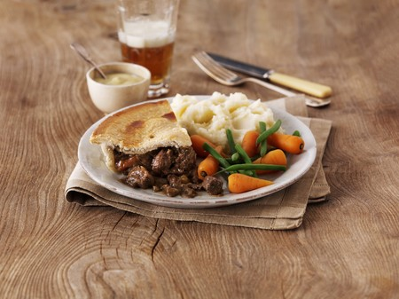 ale: Steak and ale pie with mashed potatoes and vegetables (England) LANG_EVOIMAGES