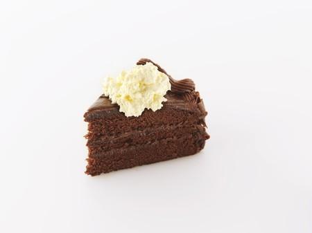 to cake layer: Una fetta di torta di cioccolato ricco strato di panna montata LANG_EVOIMAGES