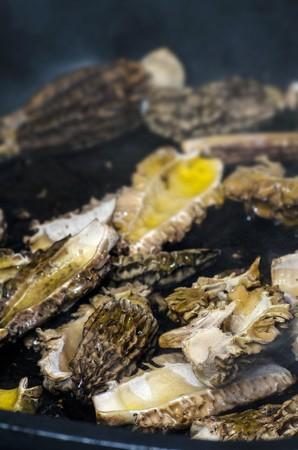 sautee: Spugnole che sono fritti in olio