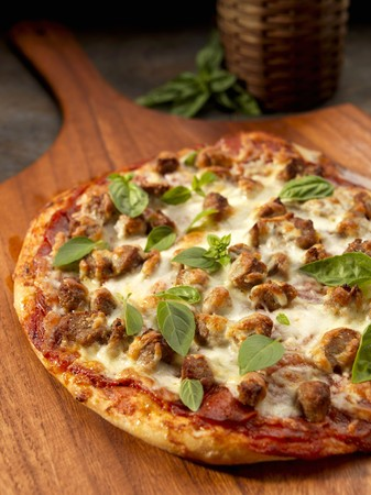 demijohn: Rustic pizza with sausage, cheese and basil LANG_EVOIMAGES