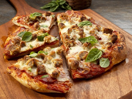 carboy: A rustic pizza with sausage, cheese and basil LANG_EVOIMAGES