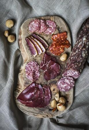 charcuter�a: Una junta charcuter�a con carne de res seca al aire Grisones y salami