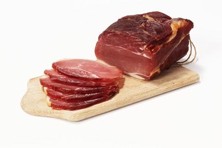 charcutería: Lomo de cerdo curado en una tabla de cortar LANG_EVOIMAGES