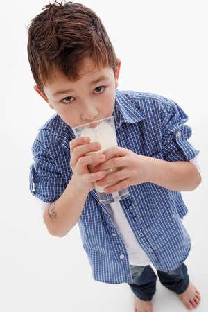 tomando leche: Beber la leche del ni�o peque�o