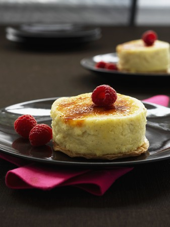free me: Caramelized vanilla cheese cake with fresh raspberries
