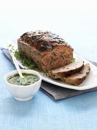 albondigas: Pastel de carne con salsa de hierbas