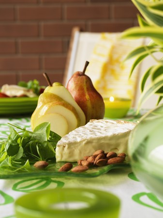 cheese platter: Cheese platter with brie, almonds, baby spinach and pears LANG_EVOIMAGES