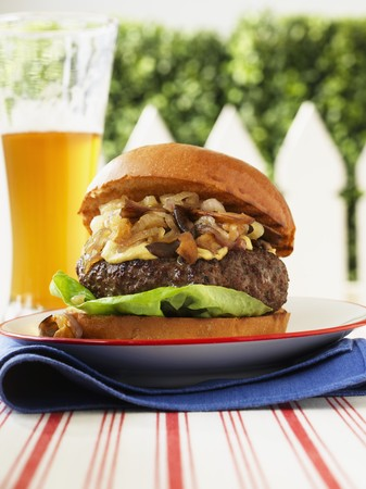 caramelized: Hamburger with Stilton, caramelized shallots and mushrooms, with beer LANG_EVOIMAGES