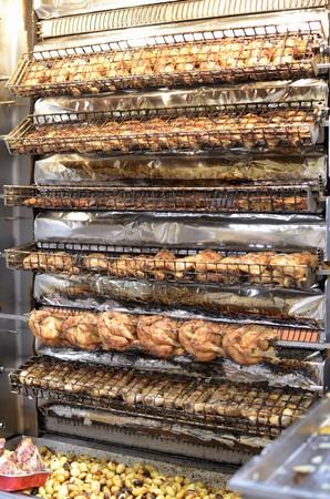 pollo rostizado: Pollo asado en el mercado LANG_EVOIMAGES