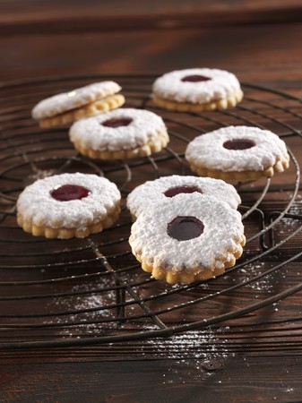 dodgers: Spitzbuben (jelly filled cookies) with powdered sugar on a cooling rack LANG_EVOIMAGES