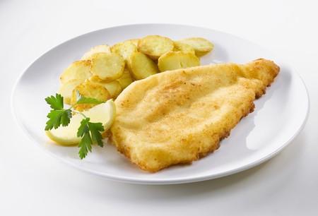 filete de pescado: Filete de pescado empanado con patatas fritas
