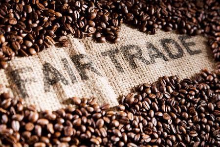 jute sack: Chicchi di caff� su un sacco di iuta con la scrittura LANG_EVOIMAGES