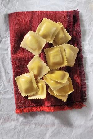 aliments: Ravioli sur un tissu rouge