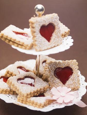 jam biscuits: Biscotti di marmellata con lo zucchero a velo torta su un cavalletto