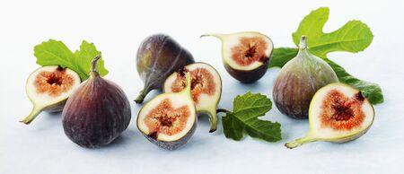aliments: Les figues fra�ches avec des feuilles, ensemble et moiti�s