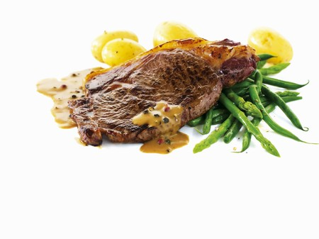 sirloin steak: Sirloin steak with pepper sauce, asparagus and potatoes