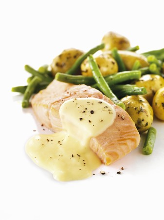 salmon fillet: Salmon fillet with Hollandaise sauce, potatoes and green beans LANG_EVOIMAGES