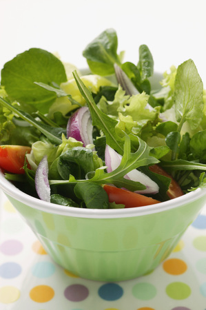 arugola: Spring salad with red onions and tomatoes in bowl