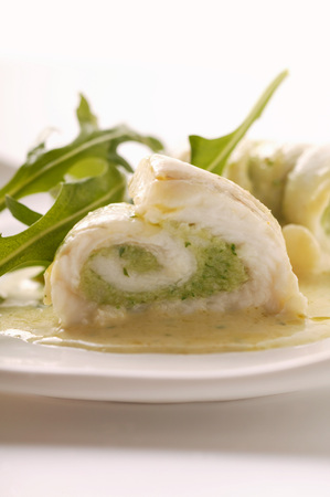 lean out: Fish rolls with pesto, rocket and white sauce
