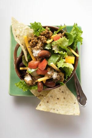 carne picada: Ensalada mexicana con carne picada, verduras y queso