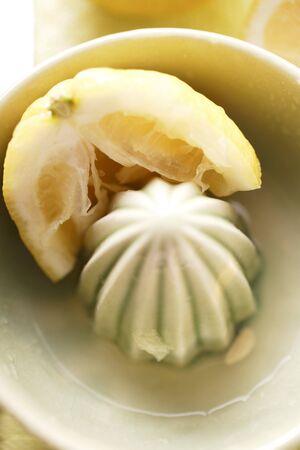 squeezer: Lemon with lemon squeezer LANG_EVOIMAGES