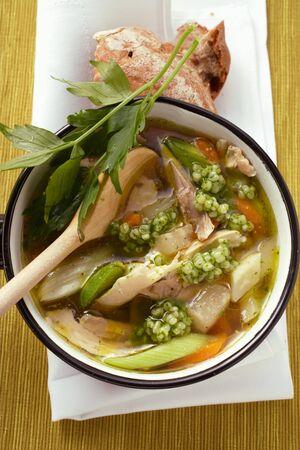 sopa de pollo: Sopa de pollo con cebada perla y verduras en una cacerola