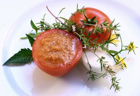 salsa de tomate: Salsa de tomate en ahuecado de tomate; hierbas frescas LANG_EVOIMAGES