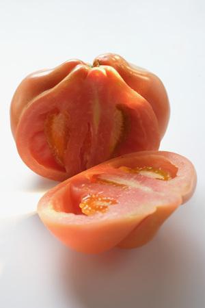 cut off: Beefsteak tomato, a piece cut off LANG_EVOIMAGES