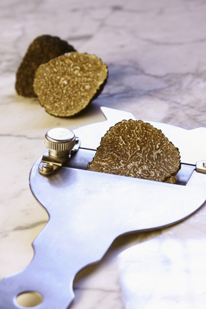truffle: Black truffle with truffle slicer LANG_EVOIMAGES