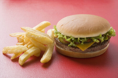 all american burger: Cheeseburger with chips