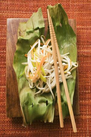 banana leaf: Brotes de soja en hoja de pl�tano