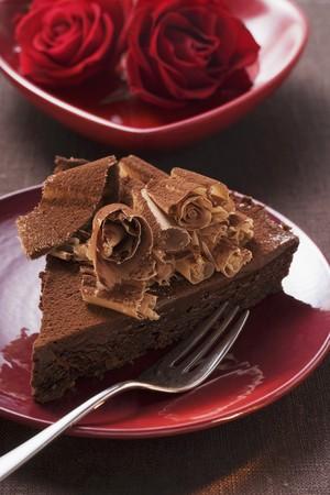rosas rojas: Pedazo de pastel de chocolate con rizos de chocolate, rosas rojas LANG_EVOIMAGES