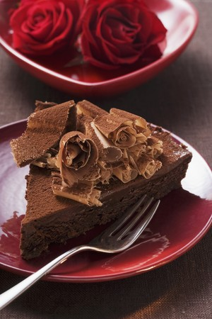 chocolate curls: Piece of chocolate cake with chocolate curls, red roses LANG_EVOIMAGES