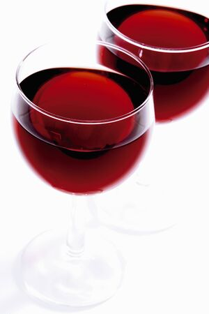 in twos: Two glasses of red wine LANG_EVOIMAGES