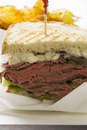 roast beef: Roast beef sandwich with crisps