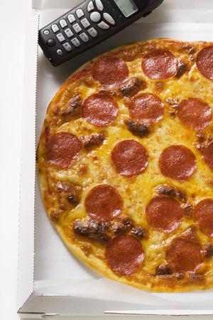 pizza box: Salami y queso de pizza en caja de la pizza con tel�fono LANG_EVOIMAGES